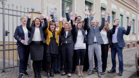 Gruppenbild vor dem Büro (Szenenfoto aus dem Recruiting-Video für die Ingenieurbüro Schilling GmbH, Leipzig)