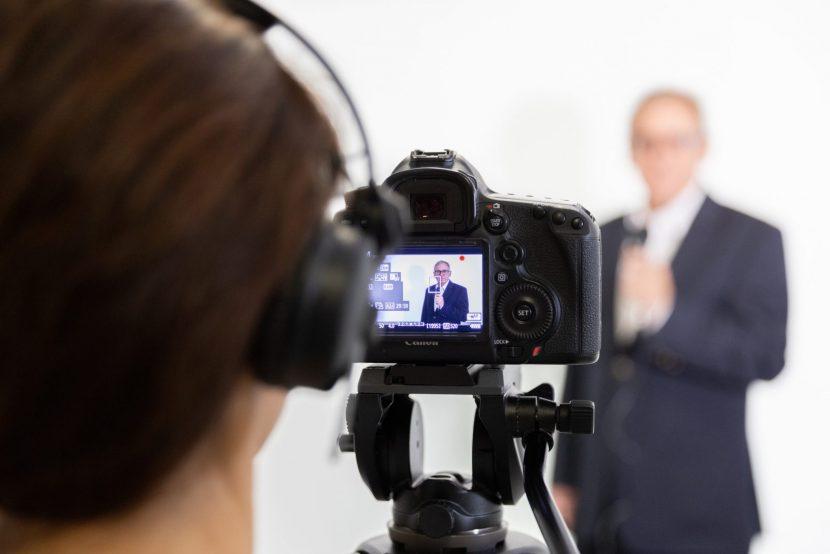 Kamerafrau und Speaker: Filmaufnahmen bei einem Event (Foto: WWS Film BERLIN)